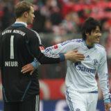 ドイツ・ブンデスリーガ・シャルケVSバイエルン戦の試合後に健闘を称え合う親友同士の内田篤人とマヌエル・ノイアー