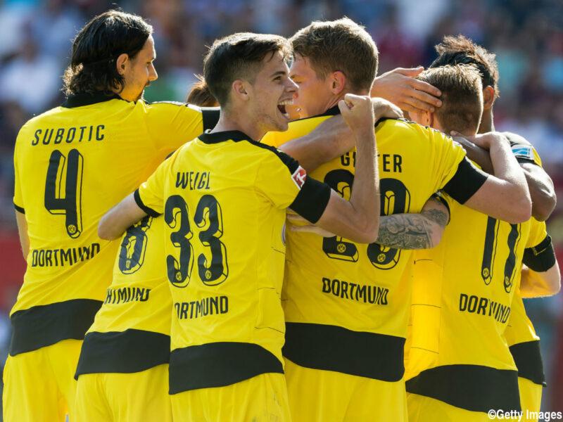 ボルシア・ドルトムントでの試合でゴールを決め喜びをわかちあうユリアン・ヴァイグルとチームメイト