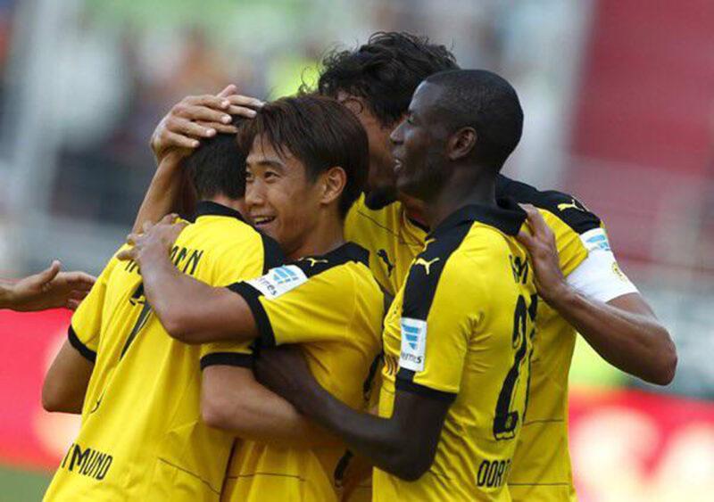 ボルシア・ドルトムントでの試合でゴールを決め、ハグしながら喜びあう香川真司とチームメイトたち