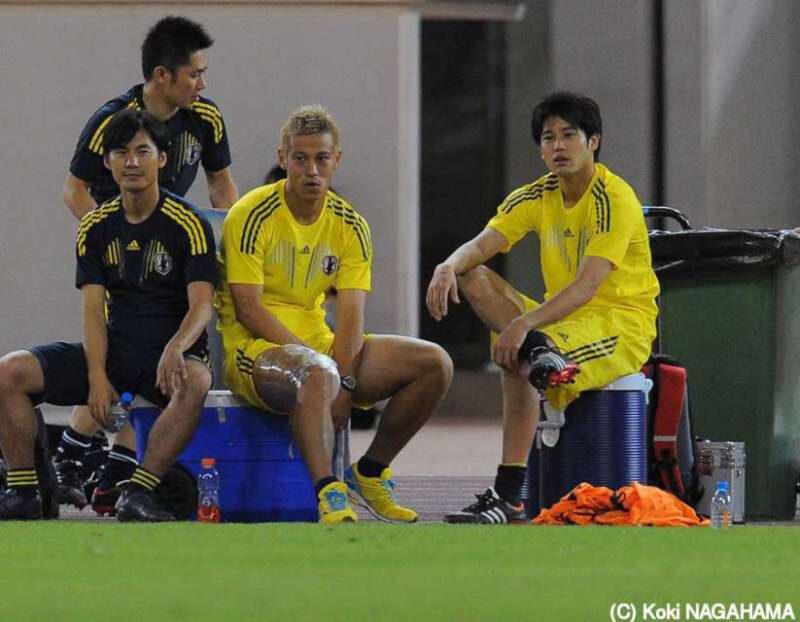 サッカー日本代表チームでの練習中に一緒にくつろぎながら談笑する本田圭佑と内田篤人とチームスタッフ