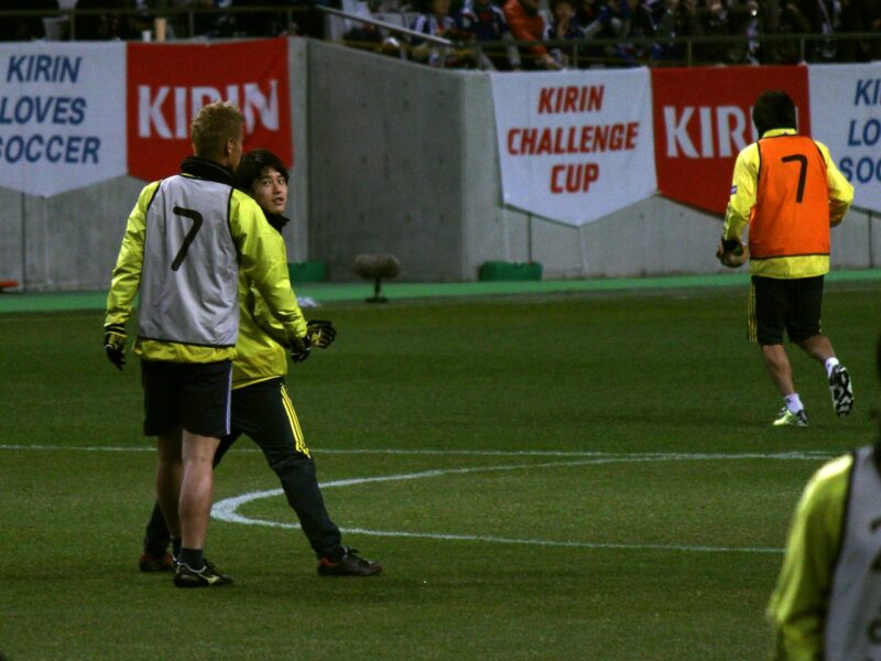サッカー日本代表チームでの試合前に一緒に練習する本田圭佑と内田篤人