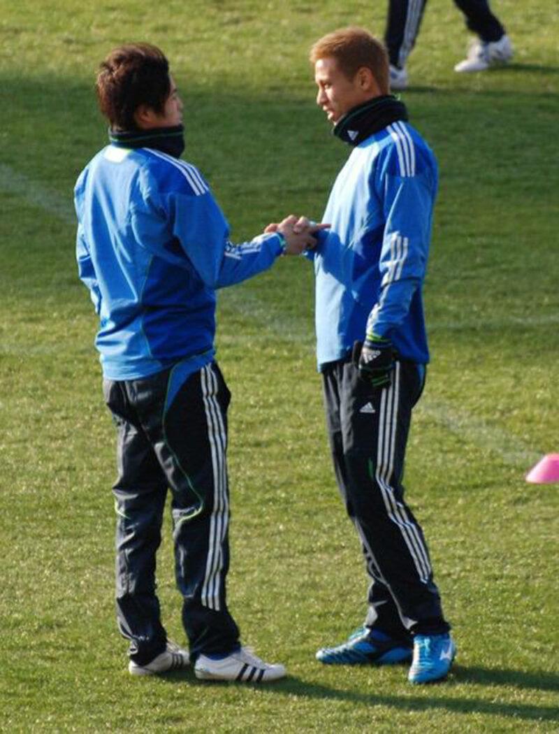 サッカー日本代表チームで一緒に練習する本田圭佑と内田篤人