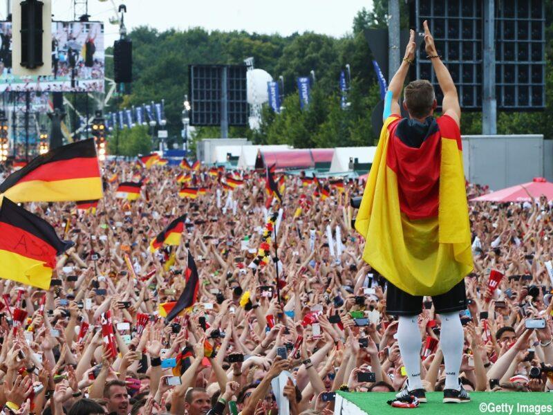2014FIFAワールドカップブラジル大会で優勝し、ドイツに帰国後の凱旋パレードでサポーターと喜びあうドイツ代表