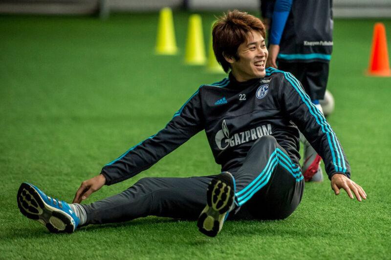 ドイツブンデスリーガ・シャルケが本拠地ゲルゼンキルヘンで開催したファンイベントにて現地の子どもと遊ぶ内田篤人