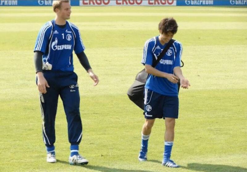 ドイツ・ブンデスリーガのシャルケの練習後にボールを担ぎながら笑顔で会話する親友同士の内田篤人とマヌエル・ノイアー