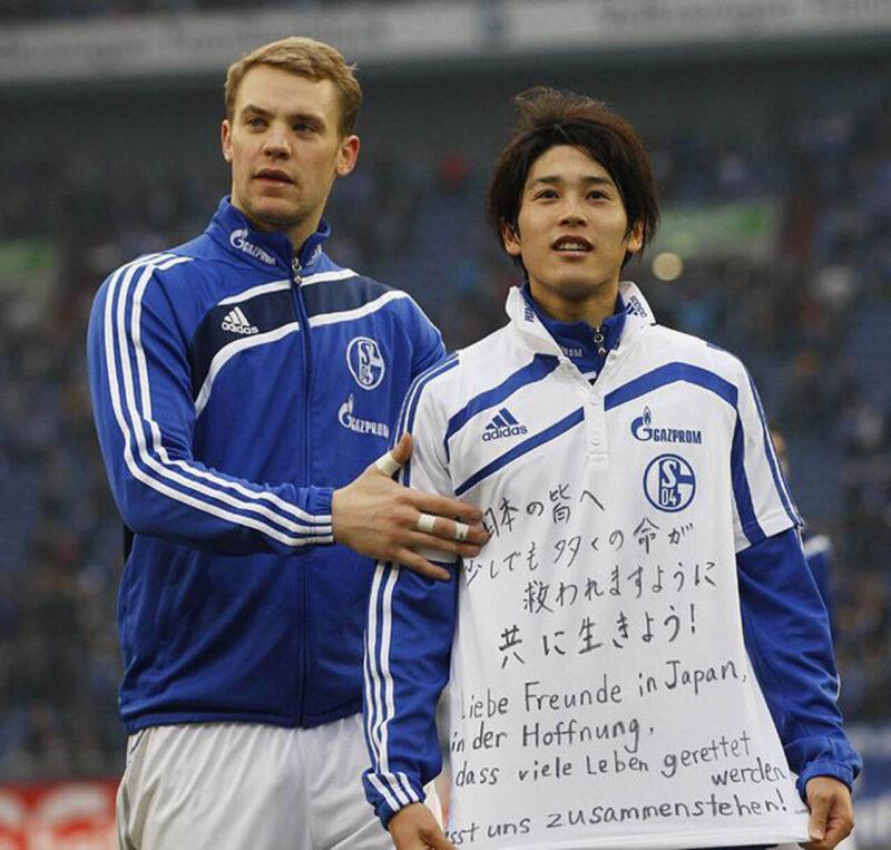 2011年3月11日に発生した東日本大震災の被災地と被災者へのエールを記したメッセージシャツを着た、翌3月12日開催のドイツでの試合後の内田篤人と、テレビカメラの前にエスコートするマヌエル・ノイアー