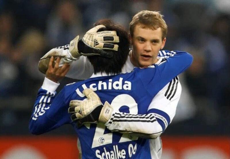 ドイツ・ブンデスリーガのシャルケの試合後に健闘を称え合いながらハグをする親友同士の内田篤人とマヌエル・ノイアー