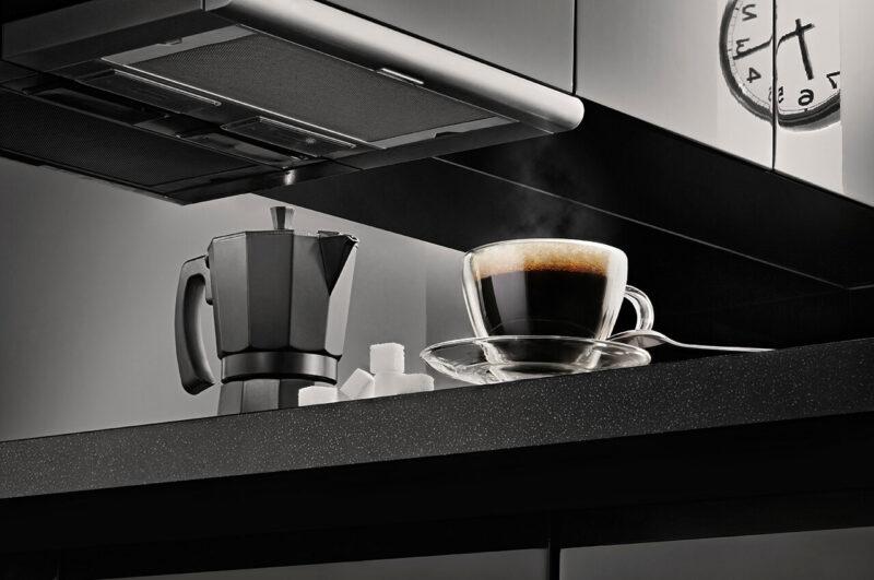 スタイリッシュでクールでおしゃれなモノトーンキッチンで湯気をたてている、淹れたてのコーヒーとコーヒーポット