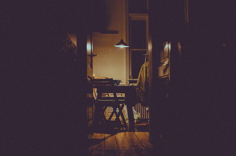 無垢の床とテーブル・椅子がおしゃれで暮らしやすそうな、センスがよい部屋の夜の様子