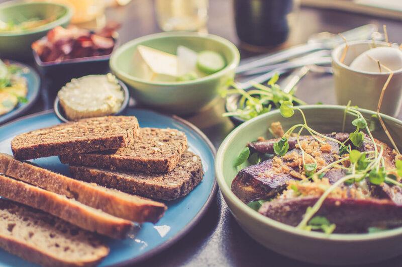 全粒粉や雑穀を使用したパンから、野菜や果物などまで満遍なく採れる、バランスのよい料理