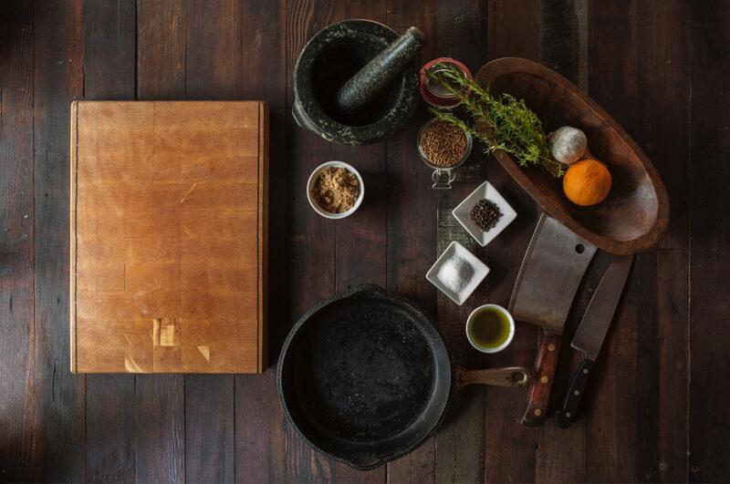 香りのよいハーブや、隠し味に最適のスパイスが揃う、おしゃれな調理風景