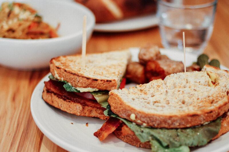 全粒粉や雑穀を使用したパンでつくった、見た目も味も栄養も良い自家製サンドイッチ
