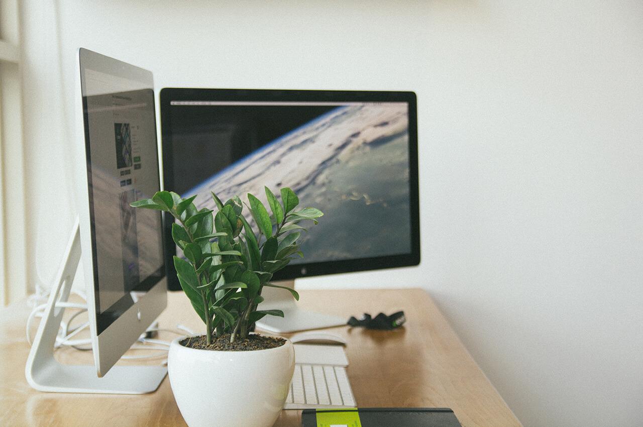 iMacのモニター2台を並べ、ブログ・WEBマガジン・アフィリエイトサイト・WEBサイトの記事執筆やデザインをおこなうデスクの光景