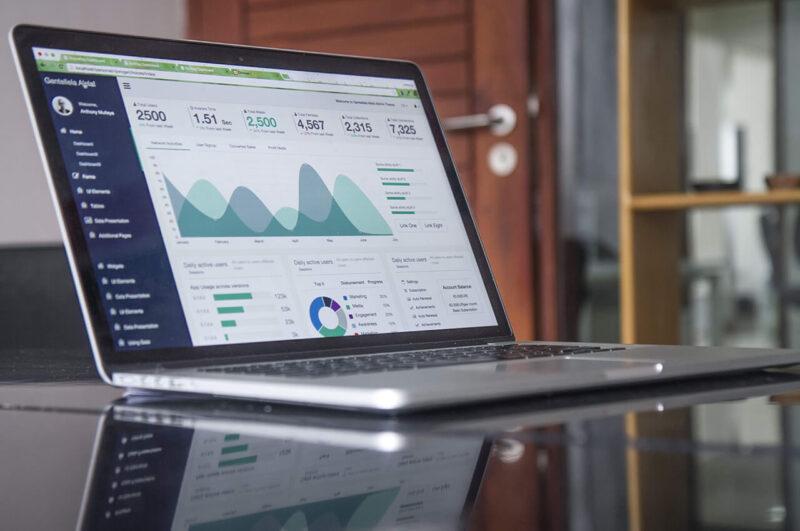 MacBookでブログ・WEBマガジン・アフィリエイトサイト・WEBサイトのアクセス解析をおこなうデスクの光景