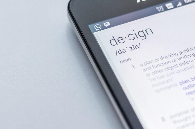 英文サイトのデザインページを閲覧しているiPhone