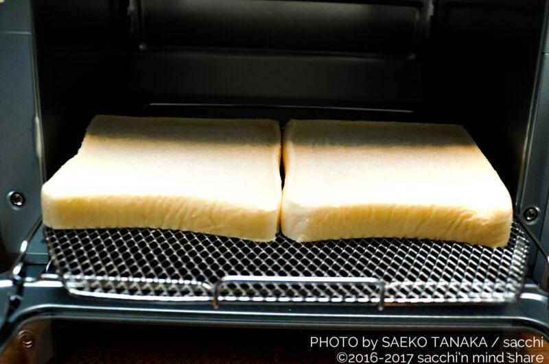 優れた機能と使い勝手のよさ満載なのに、お手頃価格で幅広い世代が購入しやすい、一人暮らしを中心におすすめの象印オーブントースターで食パン2枚を焼く様子