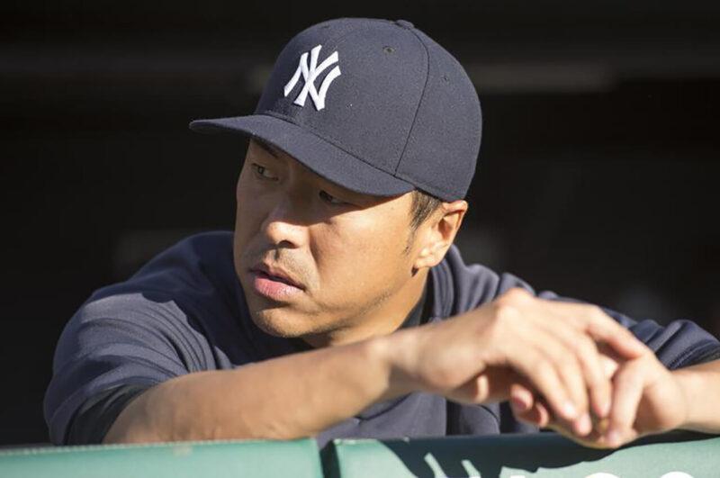 本拠地ヤンキースタジアムで行われたニューヨーク・ヤンキースでの先発登板試合にてベンチで出番を待つ黒田博樹