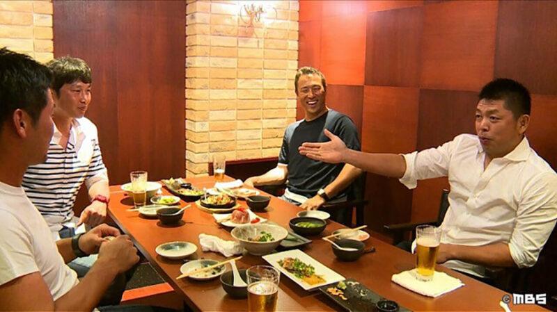 シーズンオフに行った食事会にて和やかに談笑する広島カープの黒田博樹・新井貴浩・石原慶幸