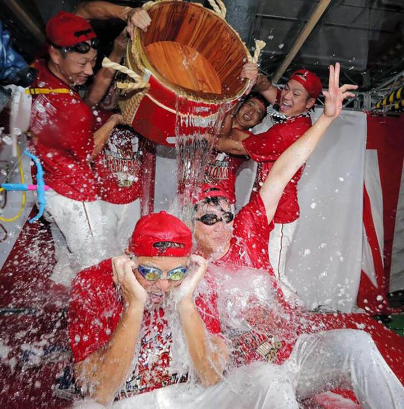 2016年シーズンリーグ優勝を決めた東京ドームでの読売ジャイアンツ対広島カープ戦試合後の優勝記念ビールかけにて、チームメイトから樽酒を浴びせられる、先発投手として登板した黒田博樹と野手の新井貴浩