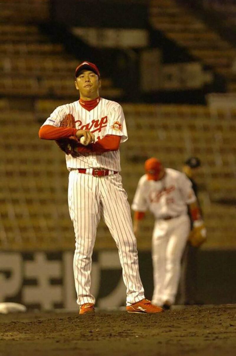 若手時代、観客がひとりもいないガラガラのスタジアム・広島市民球場でプレイする広島カープの黒田博樹・新井貴浩