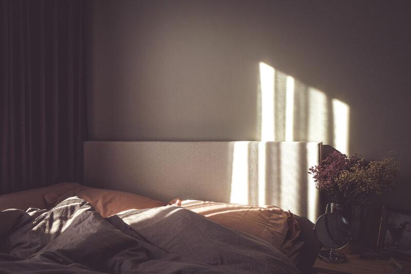 毛穴レスのうるおいたっぷりの綺麗な美肌になるために効果的な、質の良い睡眠をとるためのベッドの早朝の様子