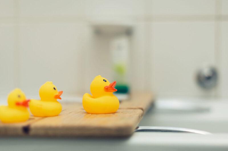 毛穴レスのうるおいたっぷりの綺麗な美肌になるために効果的な、お風呂でゆっくりと湯船につかるために時間を過ごしやすい可愛いアヒルの親子のおもちゃ