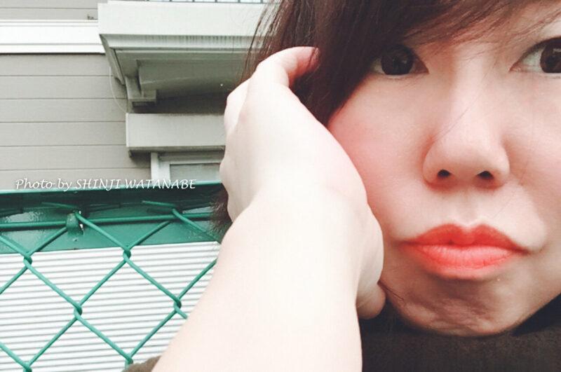 東京大田区大森にある駐車場で友人に撮影されるフリーランスライター兼フォトグラファー田中佐江子/SACCHI