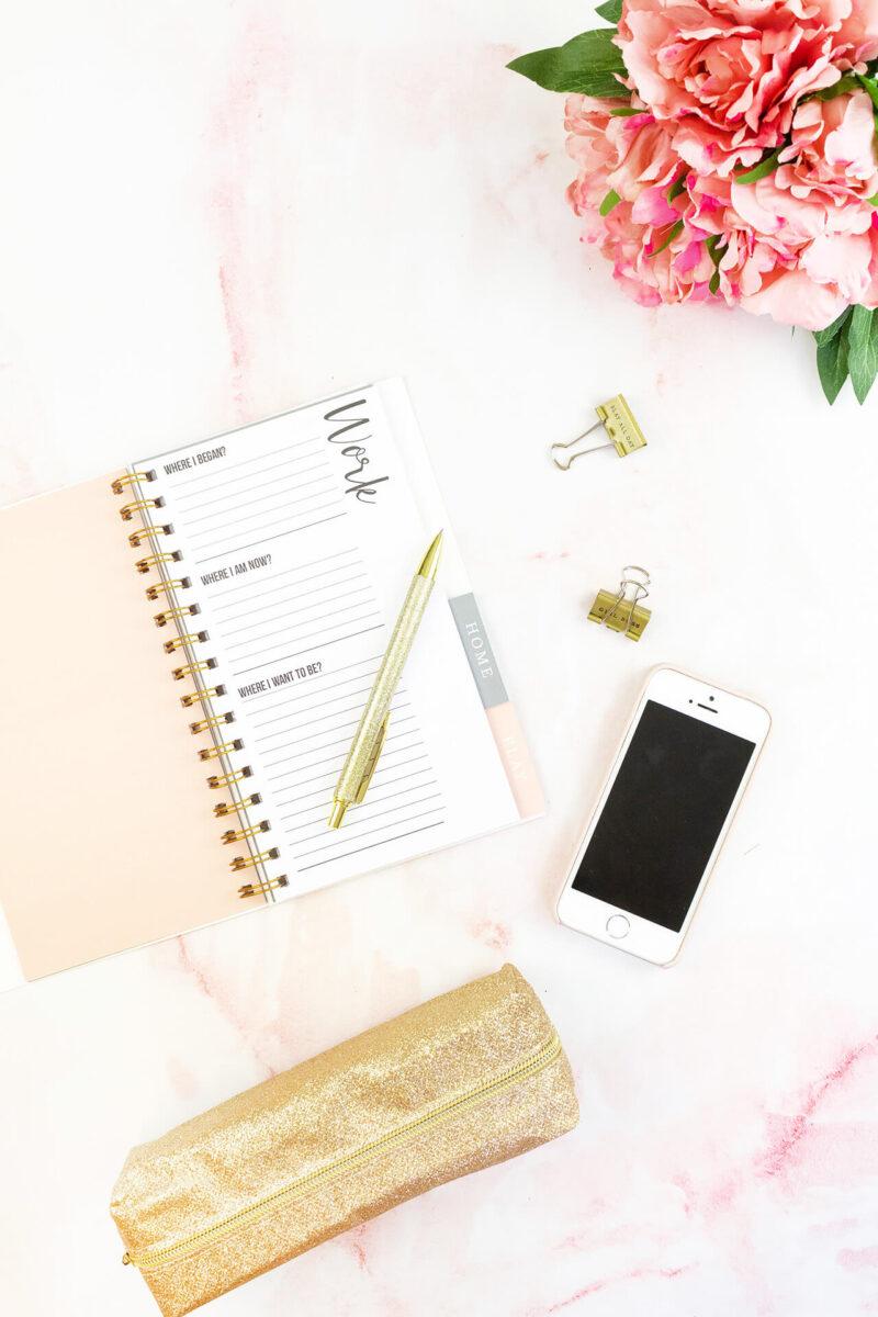 仕事とブログでやるべきことをタスク管理するためにTO DO記入するカスタマイズ手帳と、お気に入りのペンとiPhone