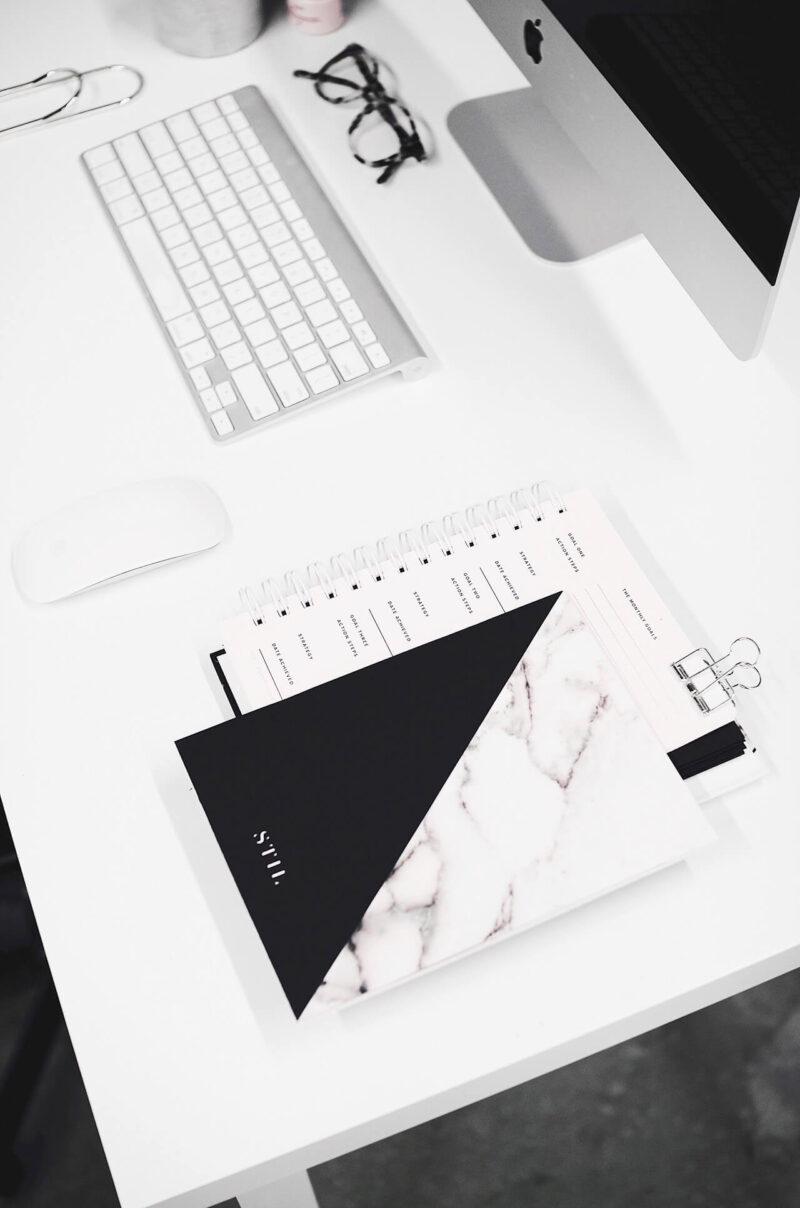 仕事とブログ執筆で主に使用するiMacと、そのとなりにいつも置いてあるお気に入りのノートブックと手帳