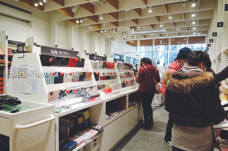 文具から雑貨、クラフト関連まで品揃え豊富で充実した売り場が魅力の伊東屋銀座本店の手帳売場