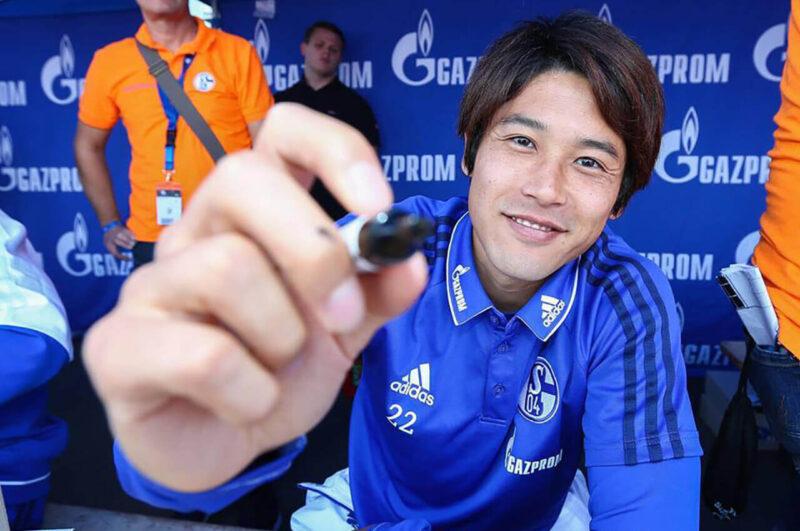 シャルケファンイベントでサインをする内田篤人