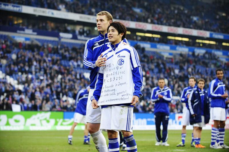 東日本大震災支援メッセージTシャツを着たシャルケ・内田篤人とマヌエル・ノイアー