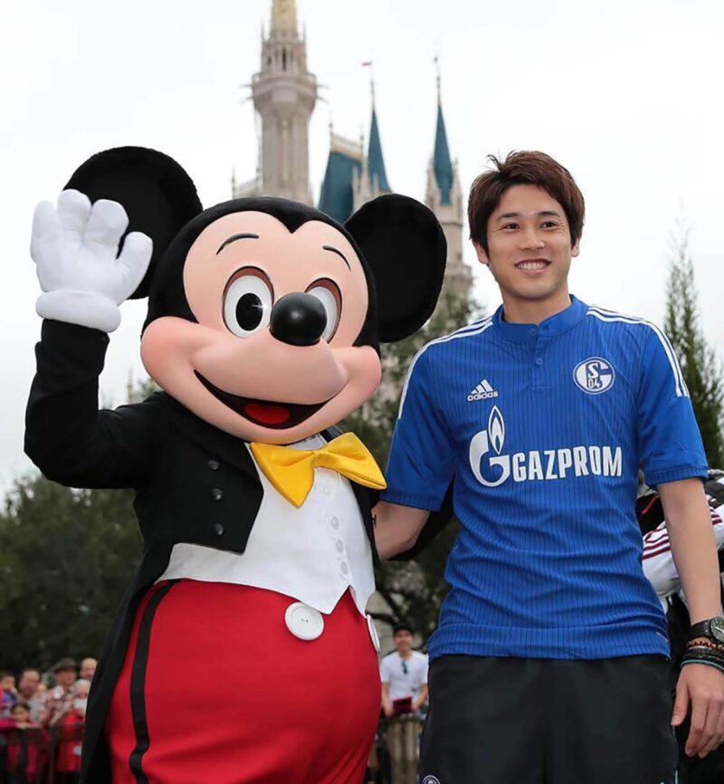シャルケのアメリカツアーでの内田篤人とミッキーマウス