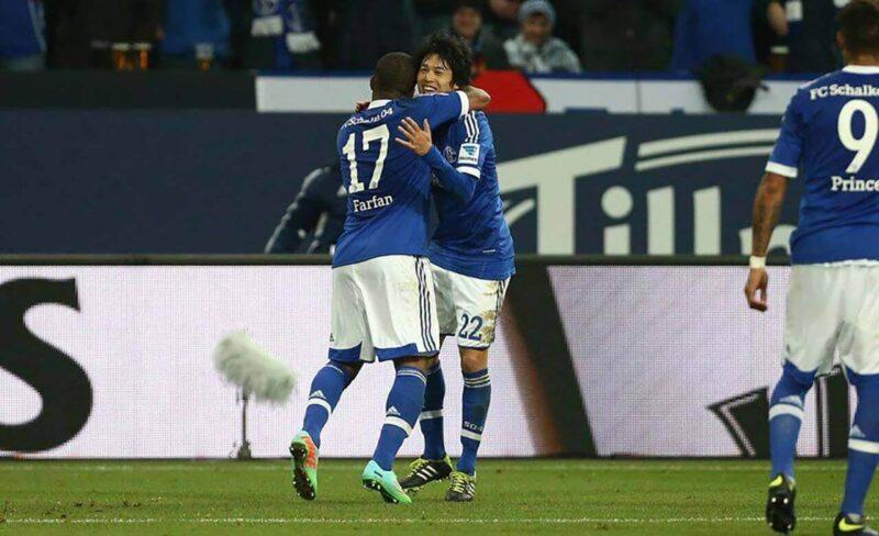 試合中のシャルケ・内田篤人とチームメイト