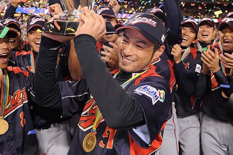 ワールド・ベースボール・クラシックで優勝カップを掲げる日本代表イチロー