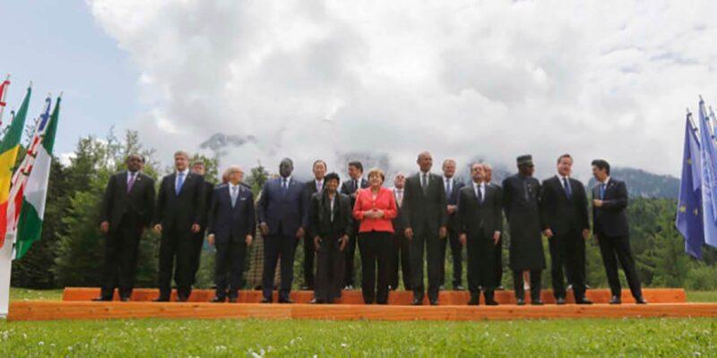 G7で記念撮影する参加国の首相、大統領