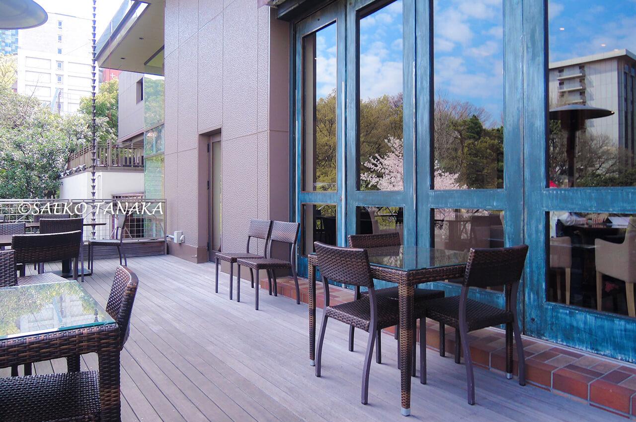 桜満開の「八芳園」のスラッシュカフェテラス席