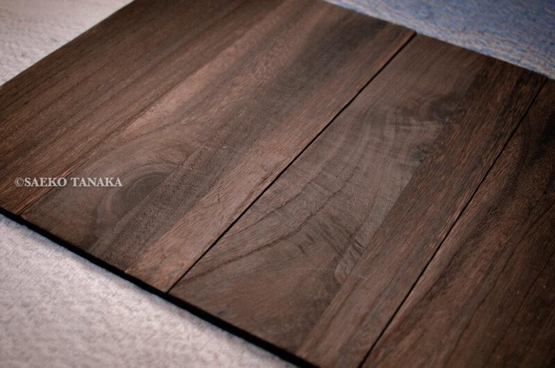 物撮り背景ボード・シート(スタイリングボード)として使えるセリアの「木板 焼き目付き」
