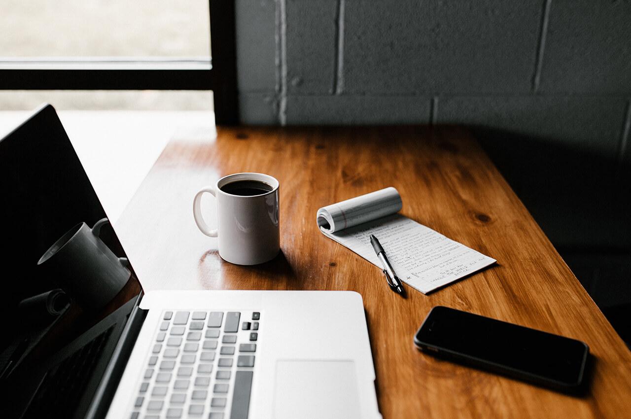 自宅でのブログ執筆で使用するノートパソコンとコーヒー