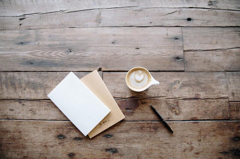 自宅でのブログ執筆で使用するノートとコーヒー