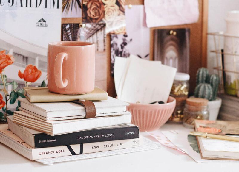 自宅の一角の本コーナーでコーヒーを楽しむ