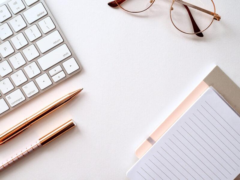 自宅でのブログ執筆で使用するノートパソコンとノート
