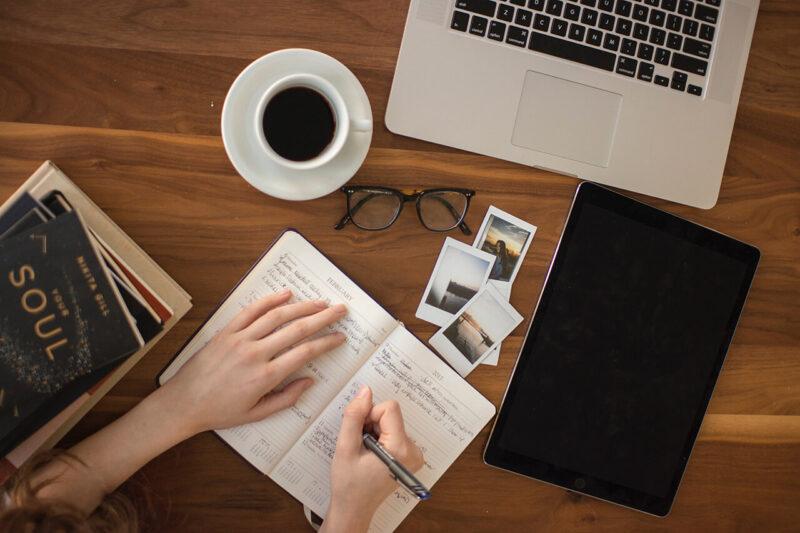 自宅でのブログ執筆で使用するノートパソコンとノートとコーヒー