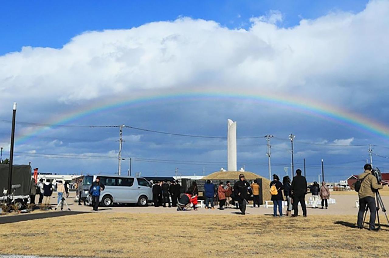 東日本大震災発生から9年経過した2020年3月11日、宮城県名取市の震災メモリアル公園上空にかかった虹