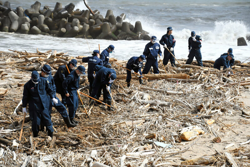 東日本大震災発生から9年経過した2020年3月11日、福島県浪江町棚塩にて行方不明者の手がかりを捜す県警の捜査員たち