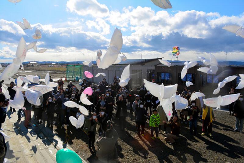 東日本大震災発生から9年経過した2020年3月11日、宮城県名取市閖上の「閖上の記憶」の前から風船を飛ばす住民たち
