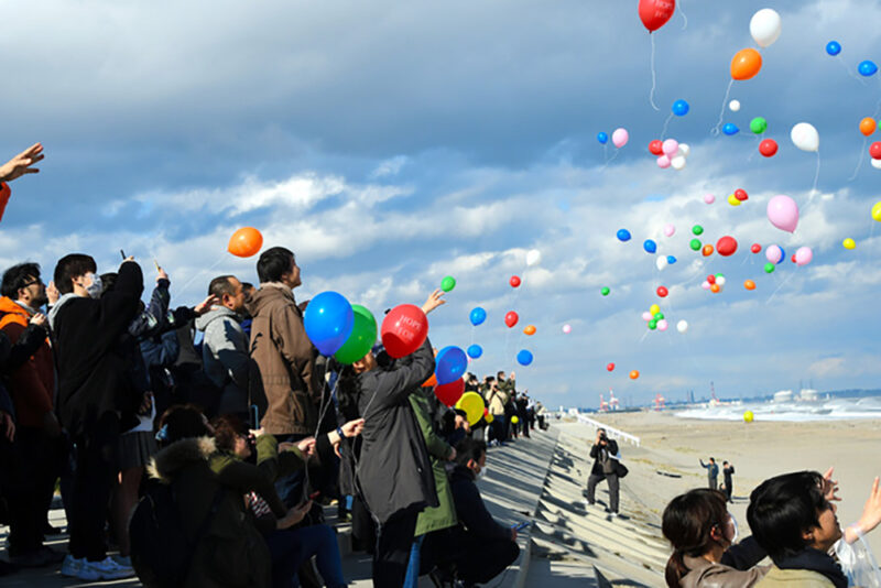 東日本大震災発生から9年経過した2020年3月11日、仙台市若林区荒浜の海岸に集まった人たちが一斉に風船を飛ばす様子