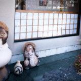満開の紅梅白梅が楽しめる東京の梅名所、亀戸天神社のたぬき親子の置物