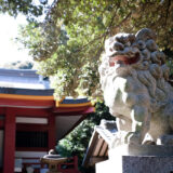 満開の紅梅白梅が楽しめる東京の梅名所、京王百草園に隣接する百草八幡神社(百草八幡宮)の狛犬