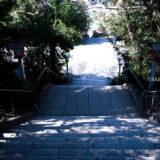 満開の紅梅白梅が楽しめる東京の梅名所、谷保天満宮にある本殿・拝殿に続く石畳の階段